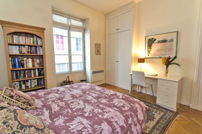 The master bedroom has an expensive queen size bed with one of the best mattresses you can find in Paris. The windows face the quiet side street and provide lots of natural light.